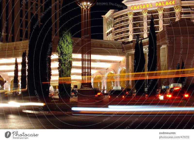 Las Vegas - Caesars Cesars Palace Nacht Langzeitbelichtung Nachtleben Eingang Portier Licht Werbung Hotel groß Amerika Caesar Tempel Spielkasino USA PKW