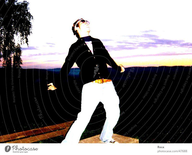 Rock'N'Roll Morning laut Sonnenaufgang Party Morgen Körperhaltung Euphorie Horizont Junger Mann Partygast Strickjacke Rock 'n' Roll rocken