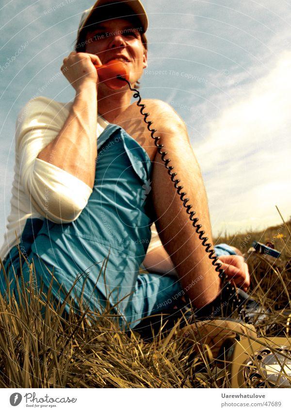 Telefonieren in der Natur Mensch Sommer Wiese lachen Telefon sitzen analog Schnur hören sprechen Publikum Telefongespräch