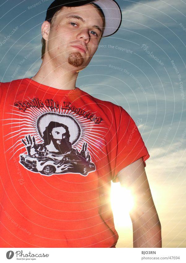 Alex im Gegenlicht #2 Mann Himmel Sonne Wolken schwarz Freiheit orange Coolness T-Shirt Bart Mütze Christentum Jesus Christus Kerl Kinnbart Kopfbedeckung