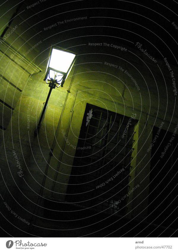 nachtlicht Laterne Licht dunkel Nacht grün Lampe wach Wand Haus Bamberg Wachsamkeit alt Schatten Straße
