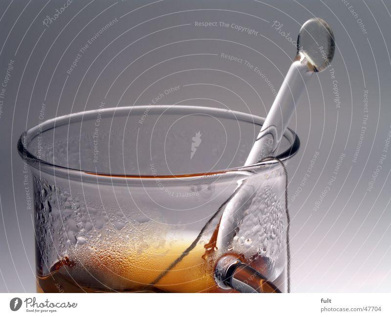 tee time 2 Teebeutel Löffel Tragegriff ruhig trinken Wasserdampf Klammer Griff braun Minze rund Dinge durchsichtig Glas Stab marko Nähgarn Schnur Wassertropfen