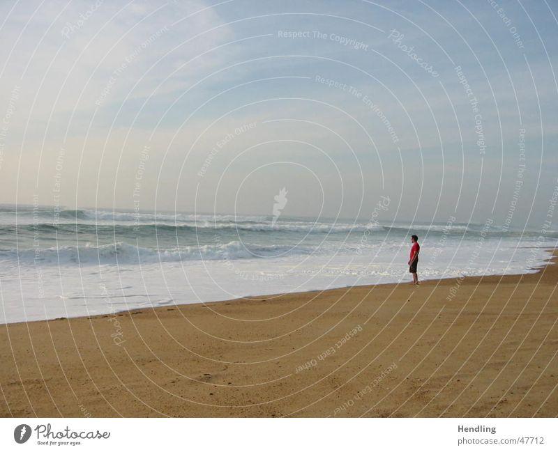 Alleine mit dem Meer Strand große wellen mensch alleine vor dem wasser wucht der wellen hossegor- frankreich