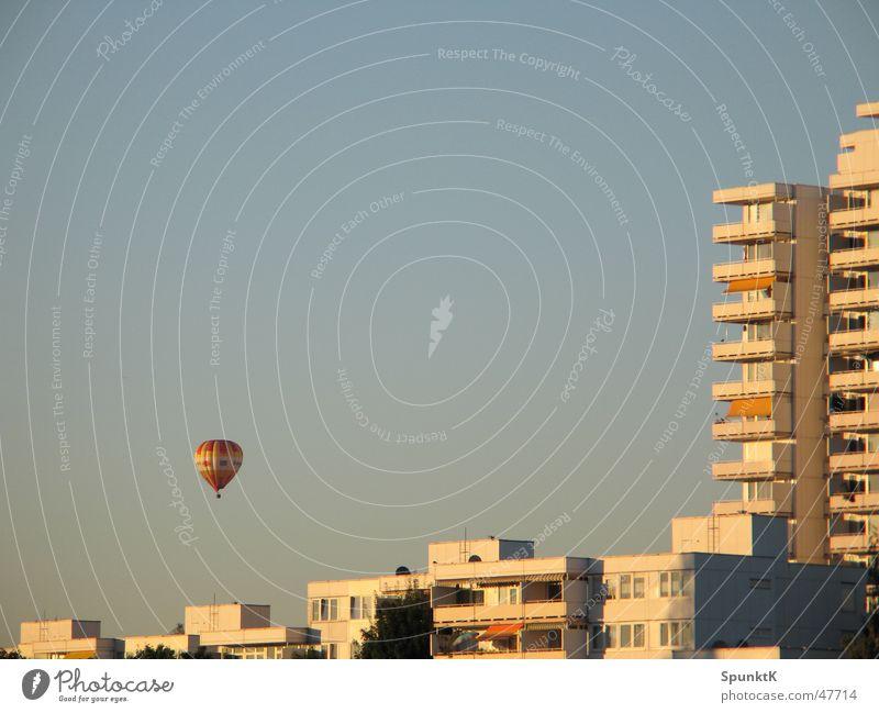 ballon Ballone Haus Hochhaus Wohnhochhaus Balkon weiß Abendsonne Köln Plattenbau Himmel Schönes Wetter orange