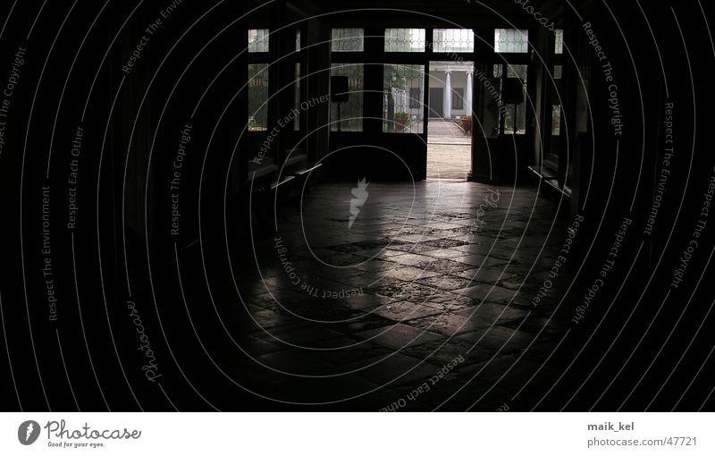 Eingangshalle schwarz dunkel glänzend Tür
