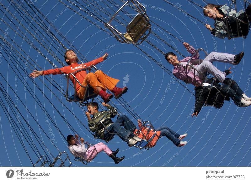 Kettenkarussell Kind Mädchen Himmel rot Freude orange fliegen Jahrmarkt genießen Mensch Karussell