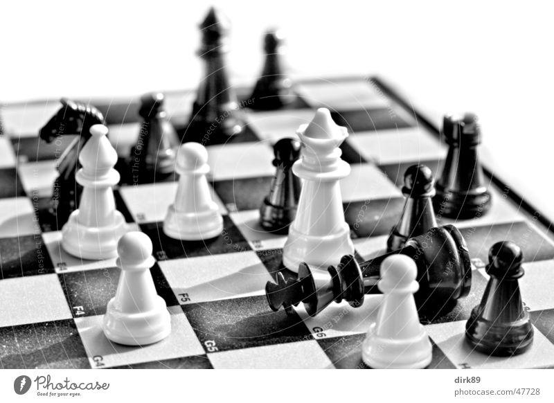 Schachmatt schwarz Schachbrett kariert Macht weiß König herrscher Dame Läufer gestürzt mögen Nahaufnahme