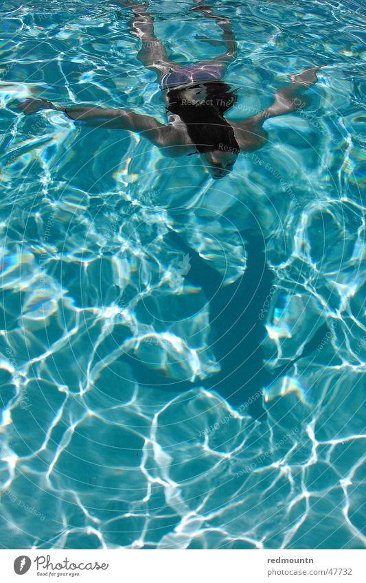 Swimmin Pool Schwimmbad türkis tauchen Frau Badeanzug Licht Lichtspiel Sommer Erfrischung Unterwasseraufnahme Badehose Bikini Wasser blau Haare & Frisuren