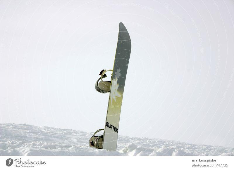 snowboard macht pause Winter kalt Snowboard Schnee Verbindung Außenaufnahme Menschenleer stecken Wolken weiß Schneedecke Pause Farbfoto 1