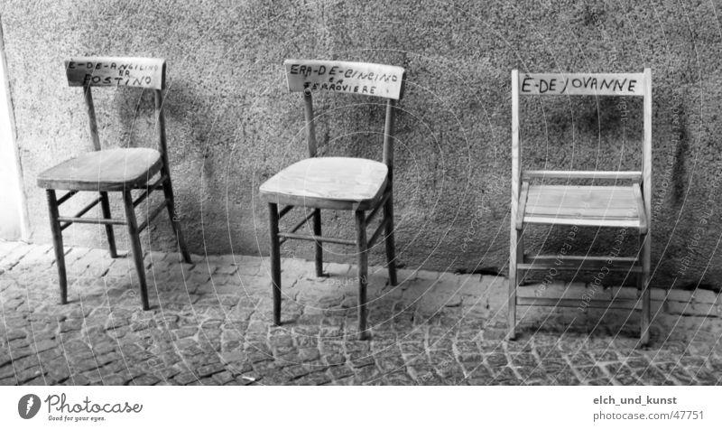 Siesta in Bevagna Umbrien Toskana Italien Stuhl Wand Besitz Stillleben ein platz an der sonne Straße Schwarzweißfoto