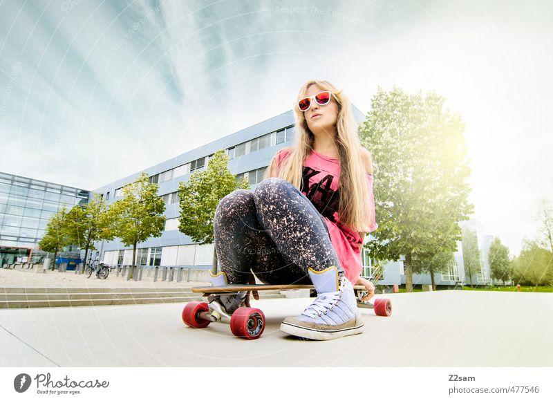 Bretter, die die Welt bedeuten! Lifestyle Stil Sport Skateboarding feminin Junge Frau Jugendliche 18-30 Jahre Erwachsene Himmel Sommer Schönes Wetter Baum