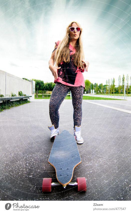 Rock and Roll Lifestyle Stil Sport Longboard Skateboarding feminin Junge Frau Jugendliche 18-30 Jahre Erwachsene Himmel Wolken Sommer Schönes Wetter Stadt