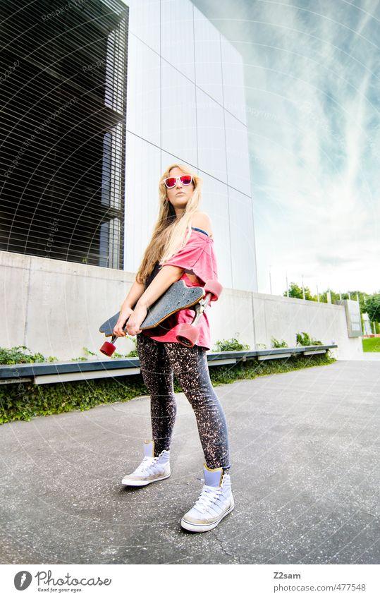 Rock and Roll Lifestyle Stil Sport Skateboarding Longboard feminin Junge Frau Jugendliche 18-30 Jahre Erwachsene Himmel Sommer Schönes Wetter Stadt Architektur