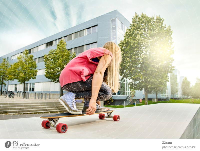 Citysurferin Lifestyle Stil Freiheit Sommer Sport Skateboarding Longboard feminin Junge Frau Jugendliche 18-30 Jahre Erwachsene Himmel Schönes Wetter Baum
