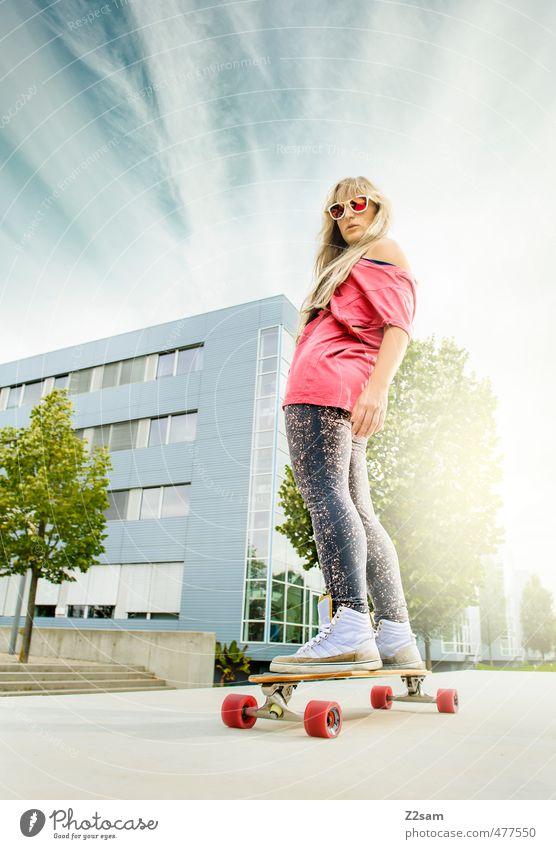 Rock and Roll Lifestyle Stil Sommer Sport Longboard Skateboard feminin Junge Frau Jugendliche 18-30 Jahre Erwachsene Himmel Schönes Wetter Baum Sträucher Stadt