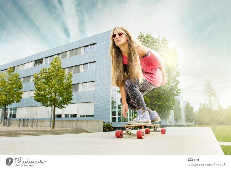 Bretter, die die Welt bedeuten! Stil Sport Skateboarding feminin Junge Frau Jugendliche 18-30 Jahre Erwachsene Landschaft Himmel Sommer Baum Sträucher Stadt