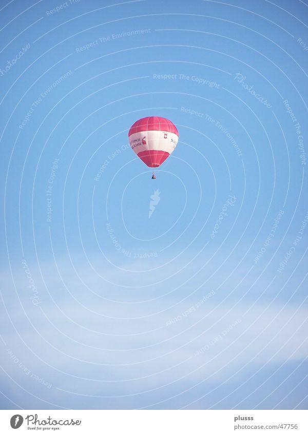 Alleinigschwebend Himmel weiß blau rot Wolken Einsamkeit Luft fliegen Ballone Gas Schweben Schleier himmelblau Hoheit