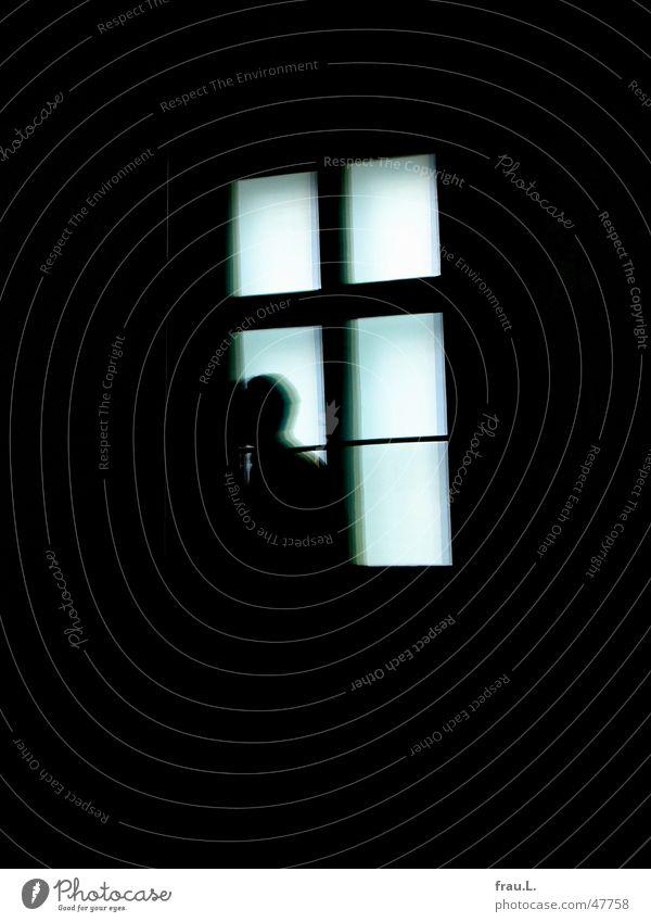 der unheimliche Gast Kunstausstellung Fensterkreuz Feindschaft Dieb Mann Reflexion & Spiegelung Glasscheibe Besucher Installationen Ausstellung dunkel gehen