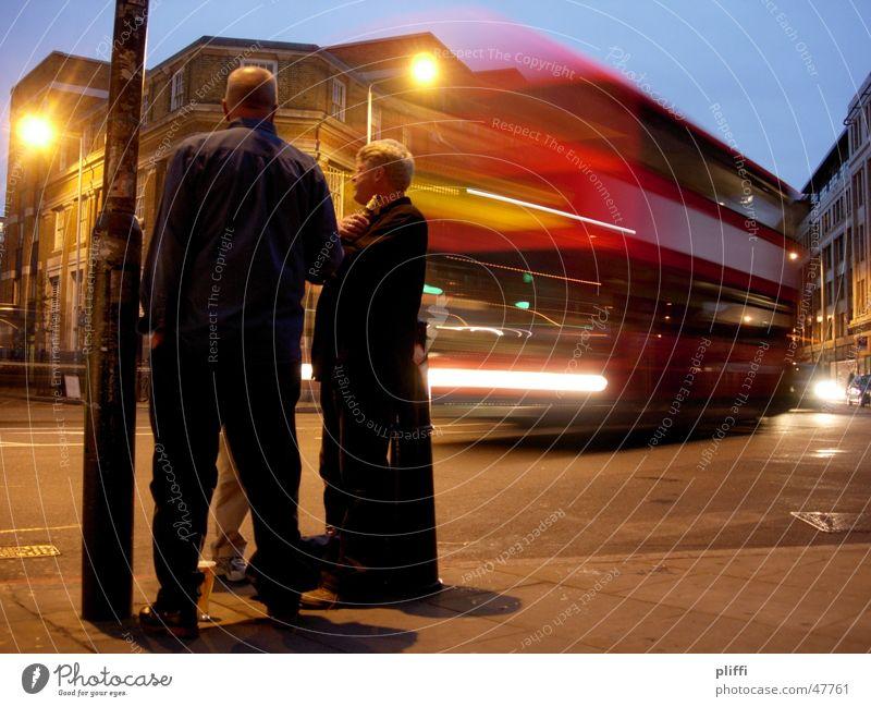 Feierabend in London Mensch Mann Straße Erholung Verkehr Bier Bus Mischung
