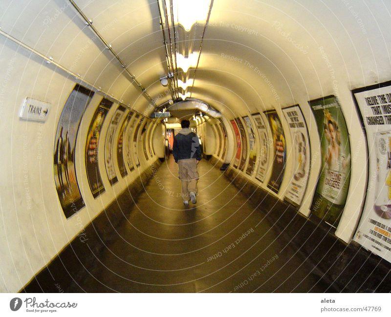 LONDON TUBE Mensch Jugendliche Mann Stadt Einsamkeit 18-30 Jahre Erwachsene maskulin Körper laufen Tourismus Rücken Perspektive Stadtzentrum trashig