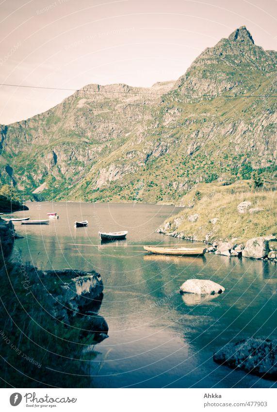 Boote auf See Natur Erholung Landschaft ruhig Berge u. Gebirge Leben Gefühle klein Wasserfahrzeug träumen Stimmung rosa Zufriedenheit Hoffnung Idee