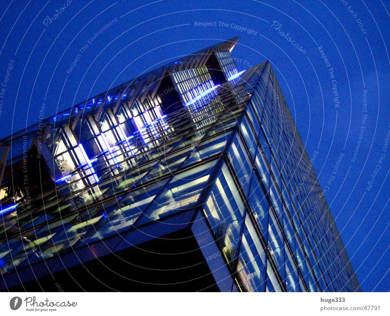 ein Blick nach oben blau dunkel Berlin Beleuchtung Glas hoch modern Hochhaus Eisenbahn Turm Nachthimmel Potsdamer Platz