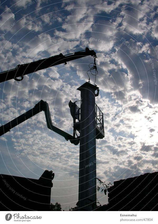 Bedrohlicher Turm Wolken weiß grau schwarz dunkel Kran Baustelle Bauarbeiter Haus heben Konstruktion lang bedrohlich gefährlich Streifen Plakat Medien Mann
