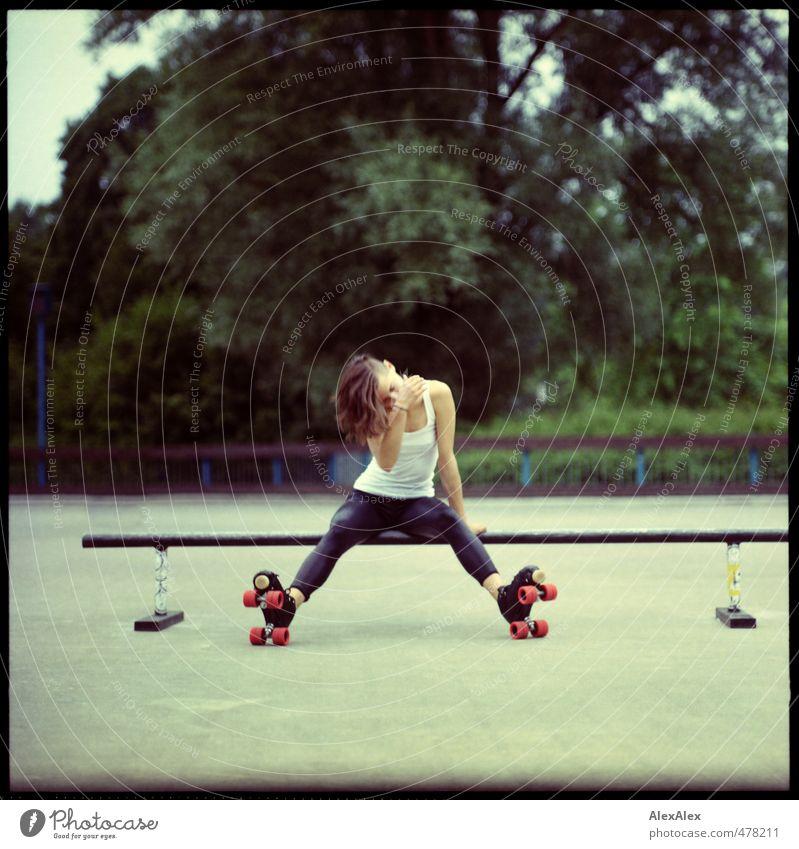 Rollergirl Jugendliche schön Sommer Erholung Junge Frau Erwachsene 18-30 Jahre Sport Bewegung Körper Kraft Zufriedenheit sitzen Beton Fitness dünn