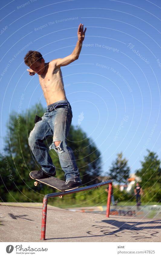time to skate Mann Jugendliche Himmel Sommer Sport Aktion gefährlich bedrohlich Skateboarding extrem Blauer Himmel Le Parkour Funsport Sportpark Extremsport