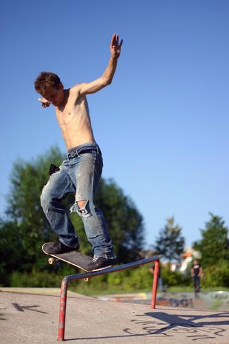 time to skate Skateboarding Sommer Mann Aktion Sport extrem Himmel Sportpark Le Parkour gefährlich Extremsport Jugendliche Blauer Himmel men Funsport guy man