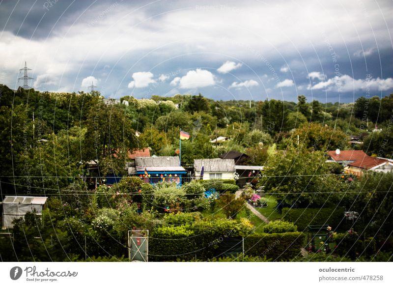 Mildes Leben Natur Landschaft Europa alt Nostalgie Stimmung träumen Schrebergarten Deutschland Freizeit & Hobby Fahne Wolken Himmel Baum Hecke Grenze grün Haus