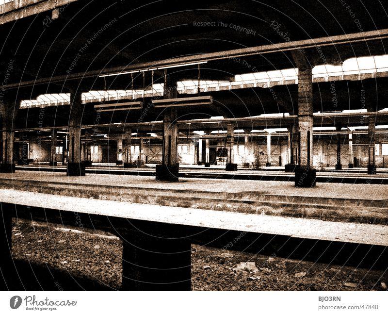 the lost #06 Einsamkeit dunkel Mauer Wege & Pfade Gebäude Fabrik Gleise gruselig Bahnhof Säule Bahnsteig