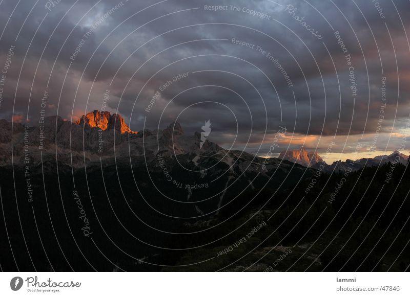 Alpenglühen in den Dolomiten rot Wolken Berge u. Gebirge bedrohlich Italien Klettern Gewitter Bergsteigen