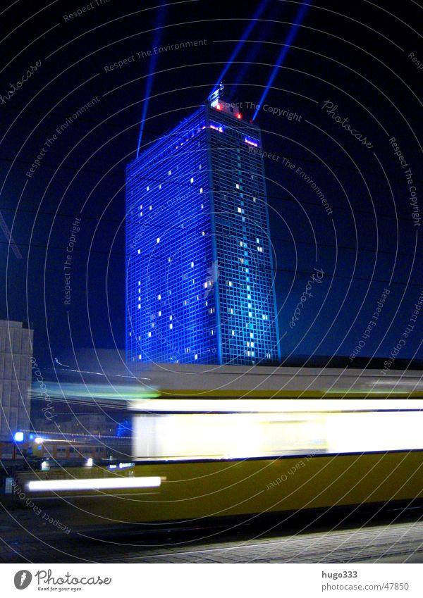 Achtung, eine Bahn! blau Berlin Verkehr Geschwindigkeit Nachthimmel Straßenbahn Illumination Alexanderplatz Lichtstrahl Öffentlicher Personennahverkehr
