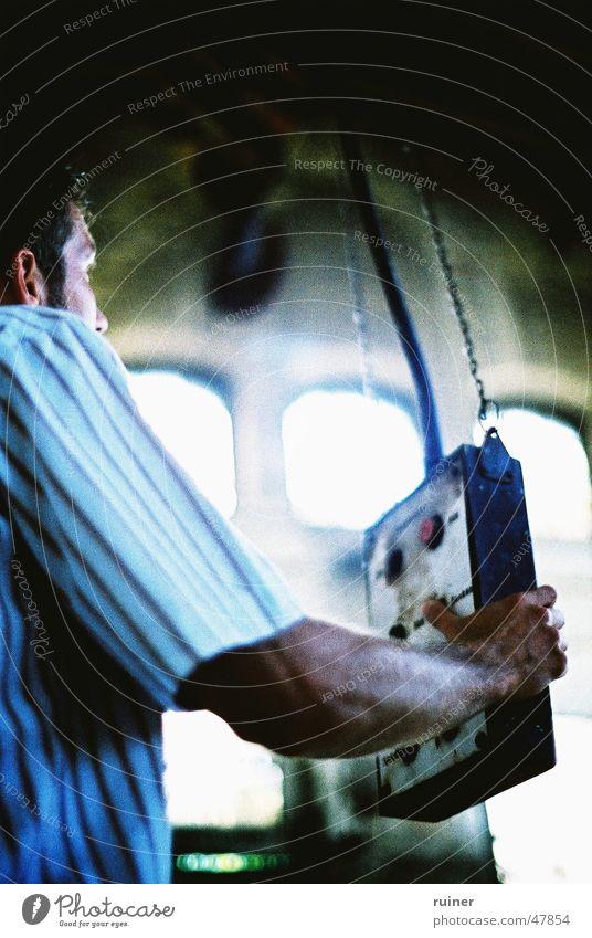 Es geht aufwärts Mann Hand blau Gebäude Arme maskulin Industriefotografie Hemd Knöpfe Cross Processing Unterarm Fernbedienung Hebevorrichtung