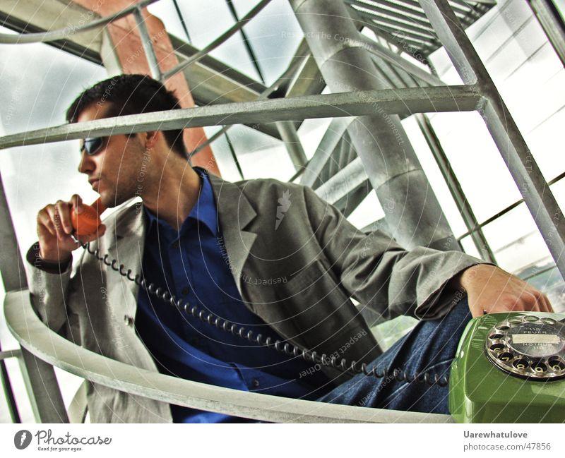 Let's talk about business Telefon Sonnenbrille seriös Wendeltreppe Fenster Licht Ladengeschäft Anzug beweglich Coolness Mensch elegant analog Treppe Geländer