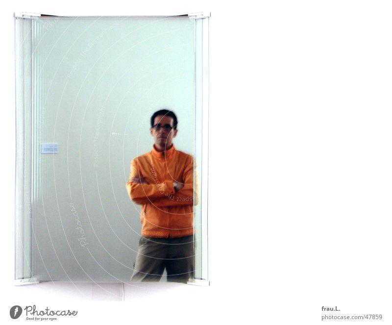 SpiegelKunst Mann Glasscheibe Unschärfe Reflexion & Spiegelung Silhouette Ausstellung Besucher Installationen Glückstadt Wand Raum Blick 2 vielfach Jacke dünn