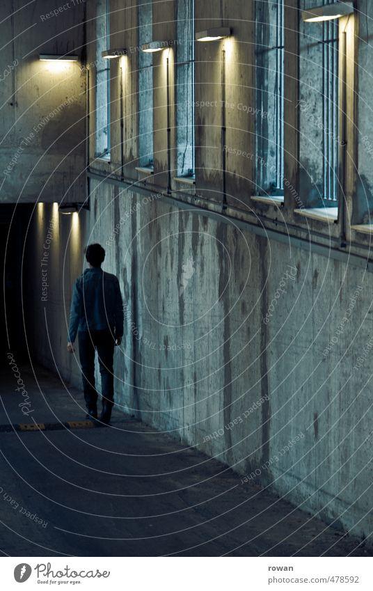 hinab Mensch Jugendliche Mann Stadt Einsamkeit Junger Mann Erwachsene dunkel kalt Fenster Wand Mauer Gebäude Lampe gehen maskulin