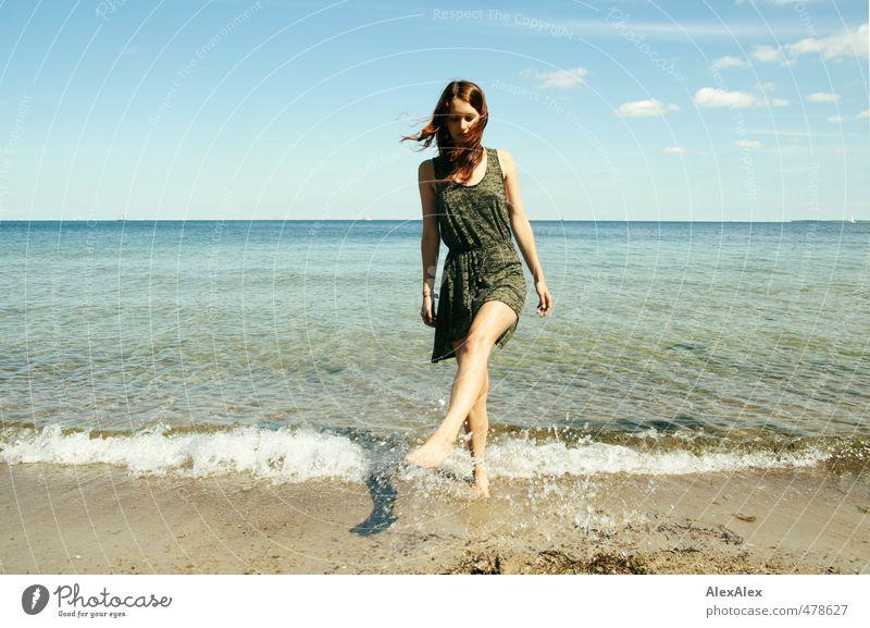 Ein erfrischender Sommergruß Ausflug Schwimmen & Baden Junge Frau Jugendliche Beine 18-30 Jahre Erwachsene Wasser Himmel Schönes Wetter Strand Meer Horizont