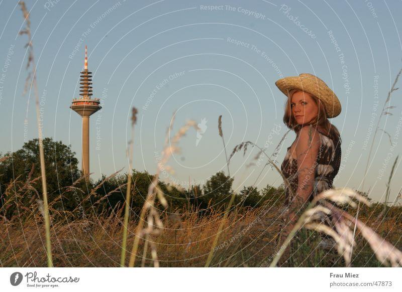 In der Steppe von Ginnheim Cowboy Frankfurt am Main Feld Wiese rothaarig Frau Sonne Park Western cowgirl ginnheim. Himmel Spargel Hut Fernsehturm