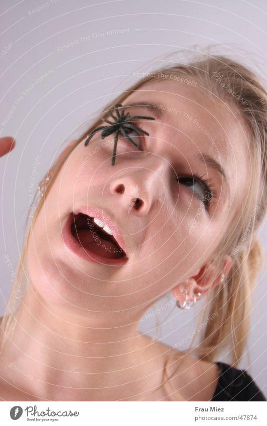 Schockschwerenot Frau Auge blond Spinne Schrecken