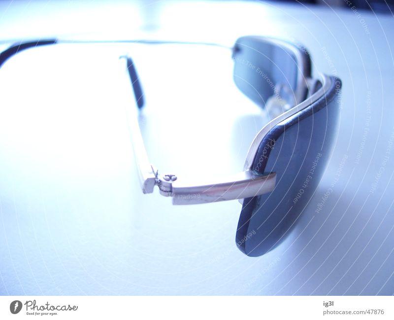 den durchblick verloren... Sonnenbrille Brille Glas Tischplatte Überbelichtung Durchblick weiß hell abgesetzt reflektion