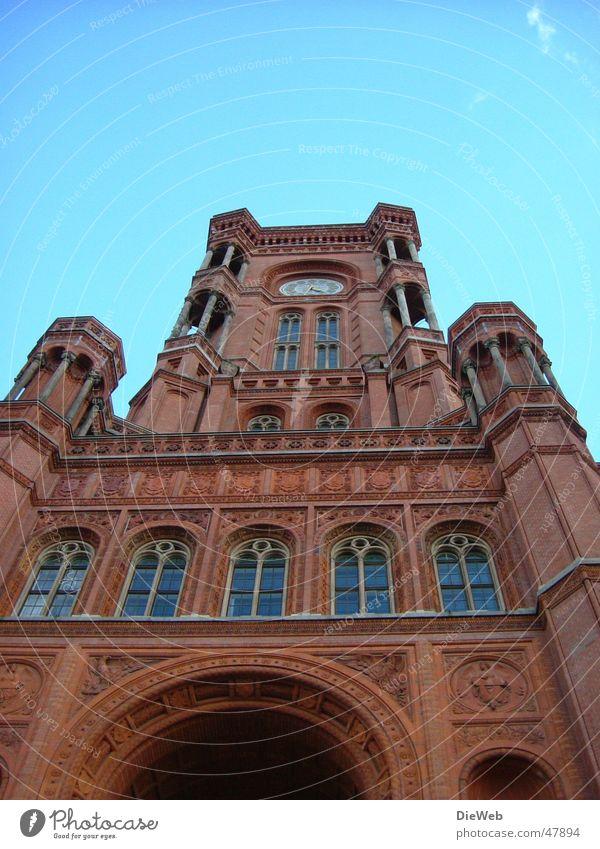 Dickes B Rathaus Himmel blau rot Berlin Fenster Gebäude groß Säule