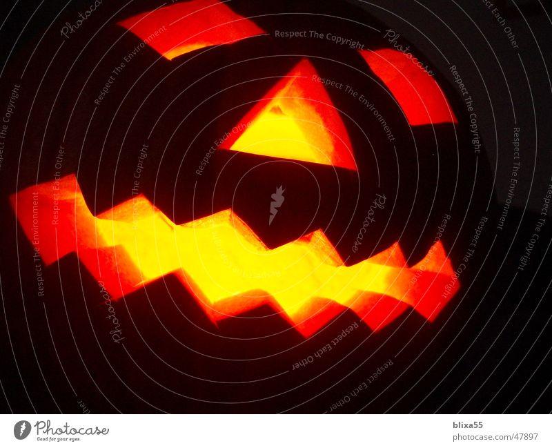 Leuchtender Kürbis Gesicht Kerze ausgehöhlt schnitzen Halloween hohl erschrecken Angst Vergänglichkeit Glut Lichtspiel eckig Makroaufnahme Nahaufnahme