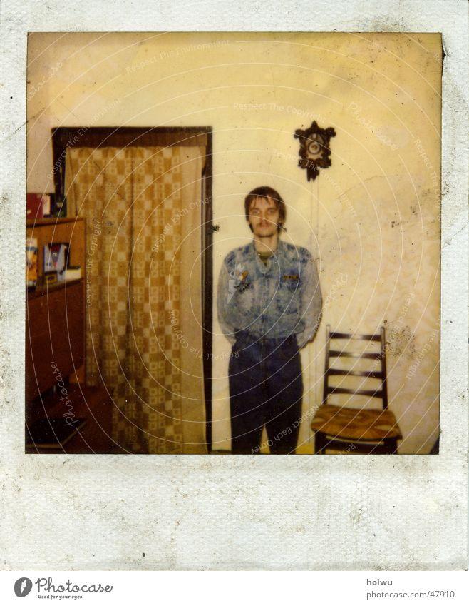 herz bube Polaroid alt dreckig Wohnung Jeanshose Stuhl Hose Stoff Tapete trashig Hemd DDR Vorhang altmodisch Stuhllehne Kuckucksuhr