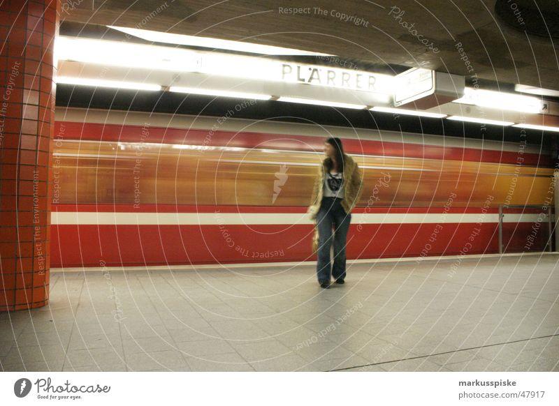 rasend Frau Mensch Bewegung fahren Güterverkehr & Logistik Rasen U-Bahn London Underground Passagier S-Bahn Untergrund
