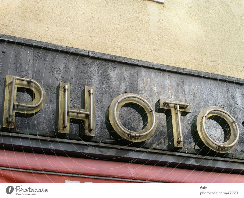 Photo alt Haus gelb Wand grau Stein Gebäude Fotografie Glas Beton retro Schriftzeichen Buchstaben Werbung Dinge