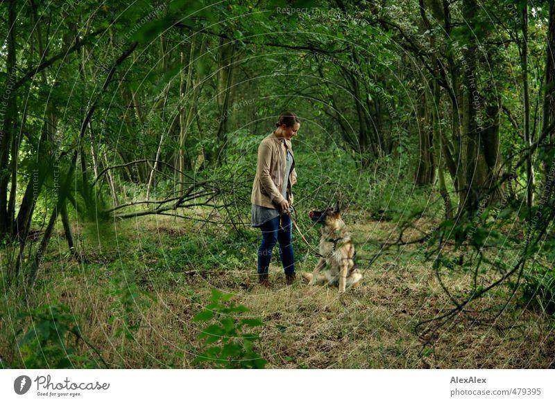Bin mal eben mit dem Hund raus... Hund Natur Jugendliche schön grün Erholung Junge Frau Freude Tier Wald Erwachsene 18-30 Jahre Bewegung natürlich Zufriedenheit Sträucher