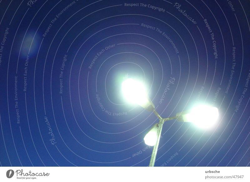 Lichter in Nacht Lampe Straßenbeleuchtung Laterne Parkplatz 3 Nachtwächter Laternenpfahl weiß Himmel blau hell lichter in nacht Beleuchtung