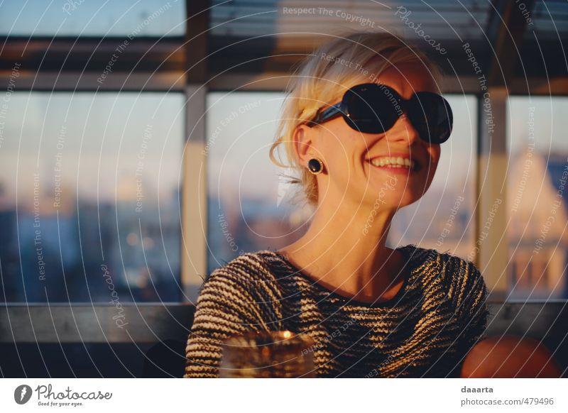 glücklicher Herbst elegant Freude Flirten feminin Jugendliche 1 Mensch 18-30 Jahre Erwachsene Ohrringe Sonnenbrille blond Selbstportrait Fröhlichkeit glänzend